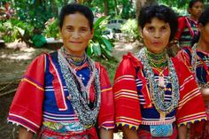 Two indigenous women of Philippines wearing their traditional Mindanaoan dresses ; Image by Klaus Stiefel Dance Costumes, Cosplay Costumes, Barong Tagalog, Vietnam, Philippines Culture, Filipino Culture, Coloured People, Filipiniana, Dress Attire