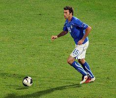 Andrea Barzagli  Andrea Barzagli ha 33 anni e gioca nella Juve dal 2011, dopo un periodo piuttosto disgraziato passato al Wolfsburg, in Germania. Si era fatto notare per un ottimo periodo – dal 2004 al 2008 – con il Palermo. Fece parte del gruppo che vinse i Mondiali nel 2006 (giocò due partite, contro l'Australia e l'Ucraina). Finora ha giocato 47 partite con la Nazionale.
