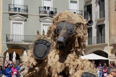 """""""Osos del pirineo"""" es un espectáculo de calle de Tutatis Producciones Teatrales. Producción itinerante, pasacalles con música en directo y títeres."""