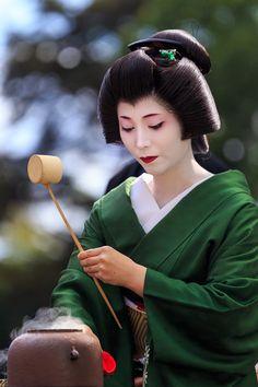 Geiko Umewaka preparing tea at the 2014 Nishijin...