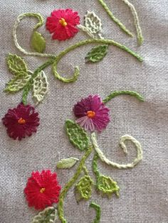 Bom! Floral Embroidery Patterns, Embroidery Bags, Hand Embroidery Stitches, Crewel Embroidery, Hand Embroidery Designs, Cross Stitch Embroidery, Sewing Patterns, Crochet Bedspread, Embroidered Quilts