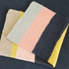 SIMPELT Dette tæppe er strikkeligt for alle, særligt nybegyndere. Strikket frem og tilbage på rundpind No. 5,5 I dobbelt ...