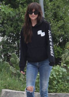 Dakota Johnson seen in black sweatshirt and ankle jeans out in Los Angeles The post Dakota Johnson seen in black sweatshirt and ankle jeans out in Los Angeles appeared first on Celebskart. Dakota Johnson Street Style, Dakota Johnson Hair, Dakota Style, Dakota Mayi Johnson, Sneakers Street Style, Spring Street Style, Ankle Jeans, Casual Looks, Cute Outfits