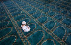 Child Pray in Masjed in the Holy month of Ramadhan Alhamdulillah, Ramadan, Muslim Charity, Muslim Images, Muslim Pray, Baroque Painting, Little Prayer, Islamic Girl, Islamic Wallpaper