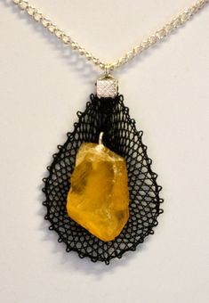 Pendentif en dentelle aux fuseaux avec une pierre de Calcite orange. Pendant Necklace, Orange, Jewelry, Lace Jewelry, Bobbin Lace, Pendant, Stone, Jewlery, Jewerly