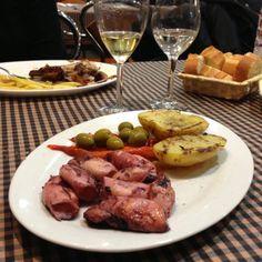 Calamares de Palamos en Barcelona.  Este es uno de esos platos que demuestran que con producto de primera, menos es mas. por Moises Hernandez Vallve, Coach en EntreCoach  http://www.onfan.com/es/especialidades/molins-de-rei/el-tast/calamares-de-palamos?utm_source=pinterest&utm_medium=web&utm_campaign=referal