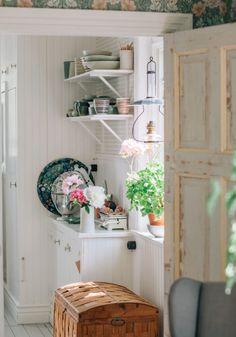 Backyard Retreat, Rustic Kitchen, Plank, Rum, Bookcase, Sweet Home, Shelves, Interior Design, Home Decor