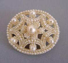 Среди множества видов старинных украшений особо выделяются удивительной красоты вещицы, сделанные из мельчайших, как маковое зёрнышко, жемчужин, известных как seed pearls — 'семена жемчуга'. Они поражают сложностью исполнения и какой-то особенной нежностью! Меня очень заинтересовали эти фантастические творения рук человеческих! Какая у них история? Где и когда впервые начали их изготавливать?