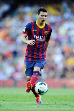 Lionel Messi of FC Barcelona controls the ball during the La Liga match  between FC Barcelona 6b21f68848350
