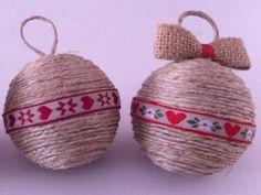 palline di natale con nastrini decorati Christmas Balls, Christmas Crafts, Christmas Decorations, Christmas Ornaments, Holiday Decor, Diy And Crafts, Basket, Rustic, Projects