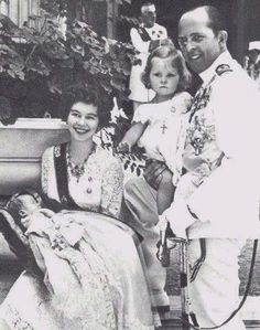 King Paul I & Queen Frederica (nee Hanover) of Greece with their 2 eldest children, Princess Sophia (held by her father) and Prince Constantine (held by his mother). Sophia would become Queen of Spain and Constantine would rule as the last king of Greece. Greek Royal Family, Spanish Royal Family, Constantine Ii Of Greece, Prince Paul, Adele, Greek Royalty, Estilo Real, Prince And Princess, Princess Sophia