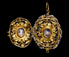 Gold locket, part of the Penicuik jewels, preserved by the Clerks of Penicuik as relics of Mary Stuart, Queen of Scots. Renaissance Jewelry, Ancient Jewelry, Antique Jewelry, Vintage Jewelry, Mary Queen Of Scots, Queen Mary, Royal Jewelry, Fine Jewelry, Gold Jewellery