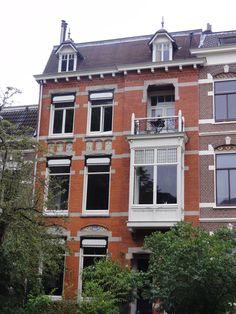 Herenhuis met beneden- en bovenwoning en hek, gebouwd in overgangsarchitectuur met invloeden van de art nouveau in detaillering en materiaalgebruik in Arnhem | Monument - Rijksmonumenten.nl