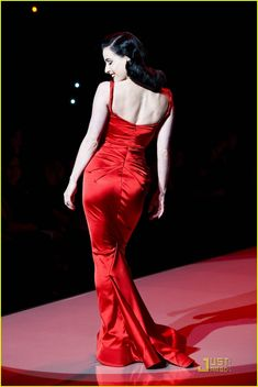 Dita Von Teese: Red Dress for the Heart Truth Show! Dita Von Teese Burlesque, Dita Von Teese Style, Burlesque Dress, Dita Von Teese Lingerie, Ny Fashion Week, Fashion Mode, Icon Fashion, Fashion Stylist, Manado