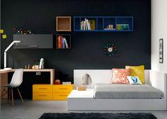 Dormitorio juvenil: Juvenil con cama de matrimonio Tatámi | Original solución de escritorio esquinero que descansa sobre una mesita de noche doble. Porque en l