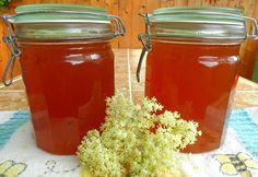 Domácí med, připravený z květů černého bezu. Je vhodný na slazení čajů.