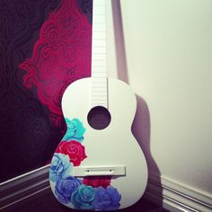 better with daisies or peace signs Ukelele Painted, Ukulele Design, Ukulele Art, Acoustic Guitar Case, Guitar Girl, Pink Guitar, Violin Sheet Music, Guitar Tattoo, Guitar Painting