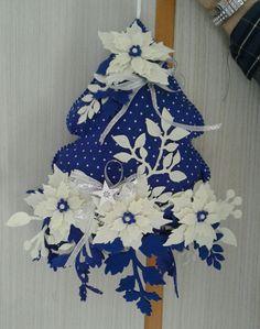 albero blu di Vanda Felt Christmas Ornaments, Christmas Tree Decorations, Christmas Stockings, Christmas Wreaths, Felt Diy, Felt Crafts, Diy Crafts, Christmas Makes, Christmas Art