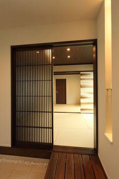 脇に敷いた白玉砂利が和の雰囲気をぐっと高めてくれます。  #家づくり #マイホーム #インテリア #インテリアデザイン #和室 #二世帯住宅 #玄関 #注文住宅 #デザオ建設 Japanese Modern, Japanese Style, Japanese Architecture, Wood Doors, Loft, House Design, Windows, Interior Design, Furniture