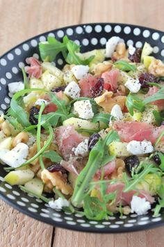 Même si ce n'est pas encore l'été, en ce moment, j'aime bien me préparer des petites salades sucrées-salées (peut-être justement pour faire venir le soleil !). Aujourd'hui je vous partage une salade réalisée sur le pouce et avec les ingrédients que j'avais...