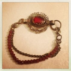 Bracciale con ciondolo rosso proveniente da una vecchia collana afgana