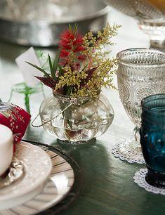 Cada pessoa tem o seu vaso de flor individual, já que toda a comida fica no centro da mesa