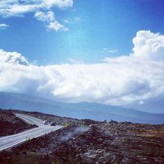 Carnet de voyage: la réunion route du Sud traversant une coulé de lave.  Trouver du ciel bleu et un peu de chaleur dans ses souvenirs pour commencer une journée hivernale. #lareunion #volcan #volcano #oceanindien #intothewild #landscape #bleu #mascareignes by regards_du_jour