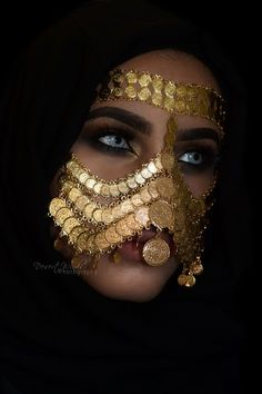 Saudi Arabia Once the traditional bridal attire with Saudi gold and first look in antique mirror after the bride is prepared. Arabian Women, Arabian Beauty, Face Jewellery, Body Jewelry, Jóias Body Chains, Niqab Fashion, Arabic Makeup, Face Veil, Arabian Nights