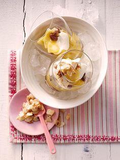 Verschleiertes Bauernmädchen, leckeres Dessert mit Apfel und Rosinen