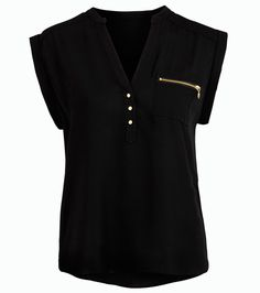 Fekete felső, elején cipzáras zsebbel, ami ideális irodai vagy alkalmi viselet. Elegáns nadrággal párosítsd.
