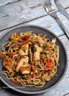 Nouilles au poulet et aux légumes sautés à l'asiatique Asian Recipes, New Recipes, Healthy Recipes, Ethnic Recipes, Food Dishes, Main Dishes, Kitchen Recipes, Cooking Recipes, Ramen