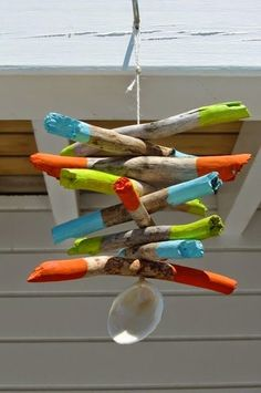 bemalte stcke Easy Home Decorating Ideas on a Budget - How to Make Driftwood Art Hanging Driftwood Decor Painted Driftwood, Driftwood Beach, Driftwood Art, Weekend Projects, Craft Projects, Driftwood Mobile, Cool Coasters, Driftwood Projects, Branch Decor