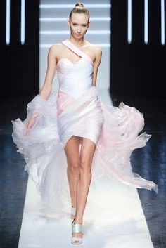 See the complete Maxime Simoëns Spring 2012 Couture collection.
