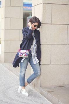 Streetstyle with ethnic bag from @dayadayoficial and blue trench from @hm with pointed sneakers. Blogger with spring look.