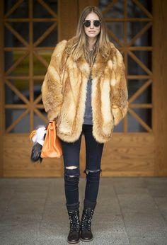Que tal aproveitar o fim do inverno para usar umas botinhas legais? Se optar por um visual com pegada rocker, o coturno é a saída, como nesse look da top blogger Chiara Ferragni, que combinou a bota com casaco de pele, skinny jeans rasgado.