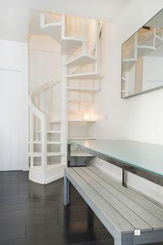 Escalier colimaçon blanc. White turning stairs