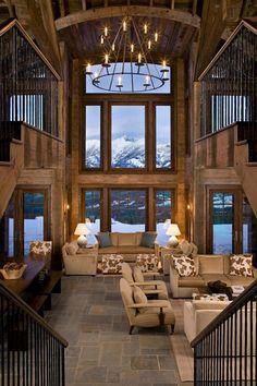 Un haut plafond dans un salon et un sol en pierres