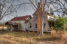 Photo - An old forgotten farmhouse near Brooklet in rural Bulloch County Georgia. Abandoned Houses, Abandoned Places, Southern Sweet Tea, Folk Victorian, Old Farm Houses, Plantation Homes, Homesteads, Old Barns, Old Buildings