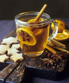 Grog with orange slices and spices, star-shaped biscuits – License high-quality food images for your projects – Rights managed and royalty free – 400953 Fun Drinks, Healthy Drinks, Beverages, Sucre Candi, Grog, Ponche Navideno, Winter Drinks, Mulled Wine, Mini Desserts