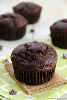 These delicious and low-calorie Chocolate Zucchini Muffins are are so decadent, you'll think they are actually cupcakes! 13 Desserts, Delicious Desserts, Dessert Recipes, Yummy Food, Tasty, Muffin Recipes, Baking Recipes, Sauce Recipes, Morning Glory Muffins