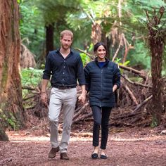 The Duchess of Sussex (in her go-to stylish and comfy Birdies smoking slippers) roams New Zealand's Redwoods with Prince Harry on the last stop on their royal tour. Meghan Markle Prince Harry, Prince Harry And Meghan, Yoga Now, Jessica Mulroney, Wellness Plan, Smoking Slippers, Royal Babies, Princess Wedding, New Moms