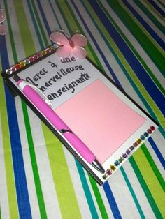 """Cadeau pour professeur: prendre un cadre au dollorama, le décorer et coller un paquet de """"post it"""", joindre un crayon. Voilà!"""