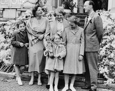 Koningin Juliana en prins Bernhard met hun vier dochters, Beatrix, Irene, Margriet en Christina.