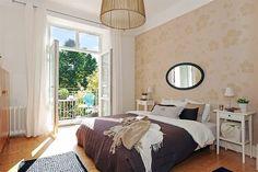 chambre avec papier peint floral beige