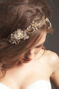 So lovely! Gold floral jeweled head band for the bride.