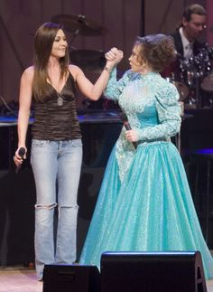 Removed this from the to do list.saw Loretta Lynn at the Grand Ole Opry. Blue jeans and dresses. both are exceptead at the Grand Ole Opry (Gretchen Wilson & Loretta Lynn) Country Music Artists, Country Music Stars, Country Singers, Loretta Lynn, Outlaw Women, Gretchen Wilson, Redneck Woman, Grand Ole Opry, Beautiful People