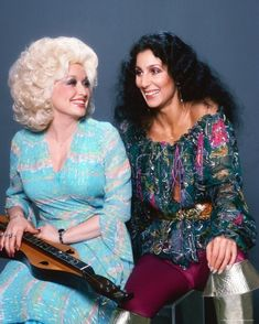 Dolly Parton Cher Dolly Parton has fans on edge waiting to find out what her next big secret is. Dolly Parton Kenny Rogers, Divas, Philly Style, I Got You Babe, Cher Bono, Studio Poses, Bouffant Hair, Famous Singers, Country Singers