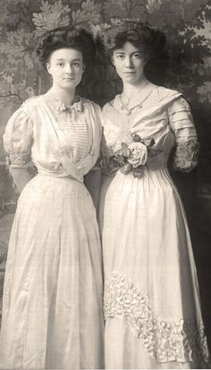 thiếu nữ thập niên 1900s mặc bộ váy coset đã được nới lỏng thắt lưng. váy nhiều chi tiết như nhún bồng, ren
