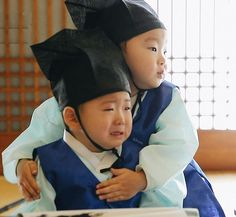 Daehan comforting Minguk so nice Korean Tv Shows, Korean Variety Shows, Korean Actors, Cute Kids, Cute Babies, Song Il Gook, Triplet Babies, Superman Kids, Man Se