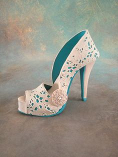 Fondant/gumpaste shoe cake topper - by Iris Rezoagli @ CakesDecor.com - cake decorating website